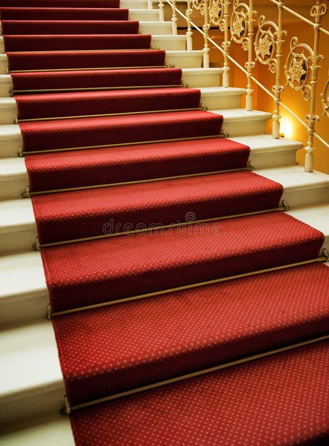 Treppen abgedeckt mit rotem Teppich lizenzfreie stockfotografie