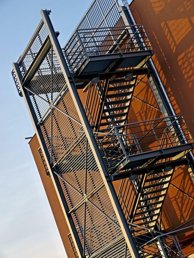 Treppen auf einem Handelsgebäude stockfotografie