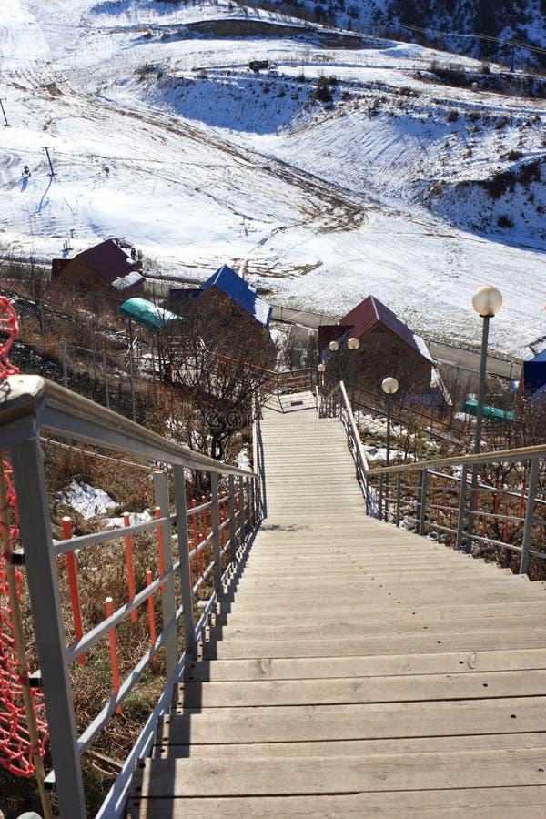 Treppen auf Skiort stockfoto
