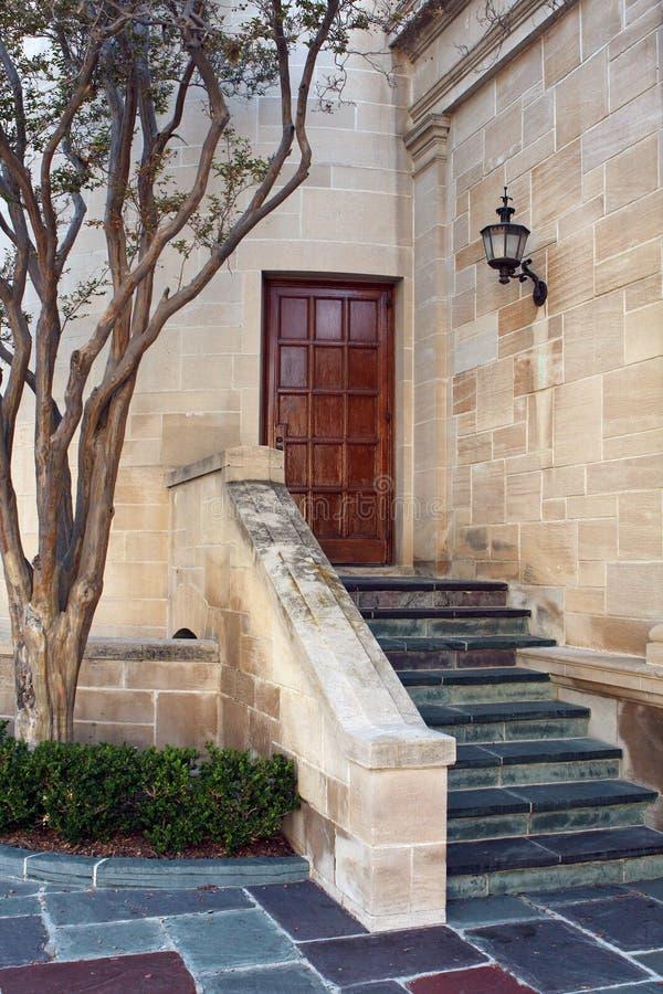 Treppen und Ziegelsteine an der Villa lizenzfreie stockfotos