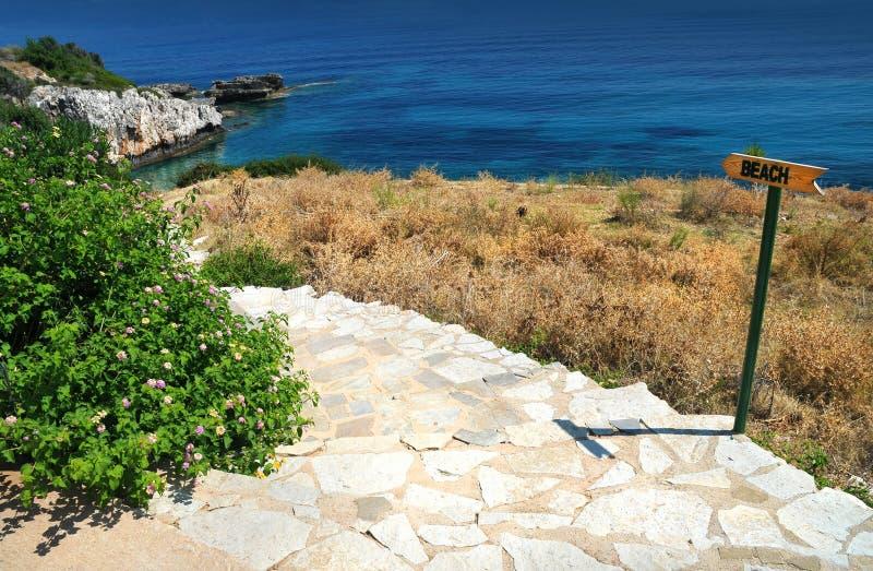 Treppen zum auf den Strand zu setzen lizenzfreie stockfotos