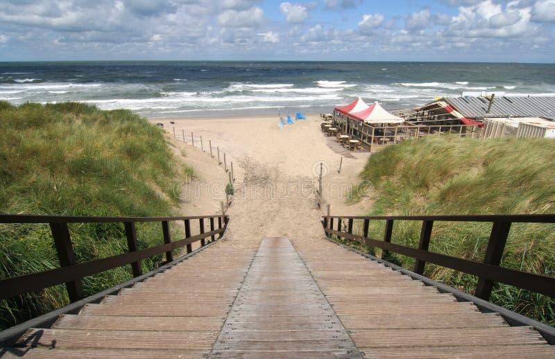 Treppen zum auf den Strand zu setzen stockbild