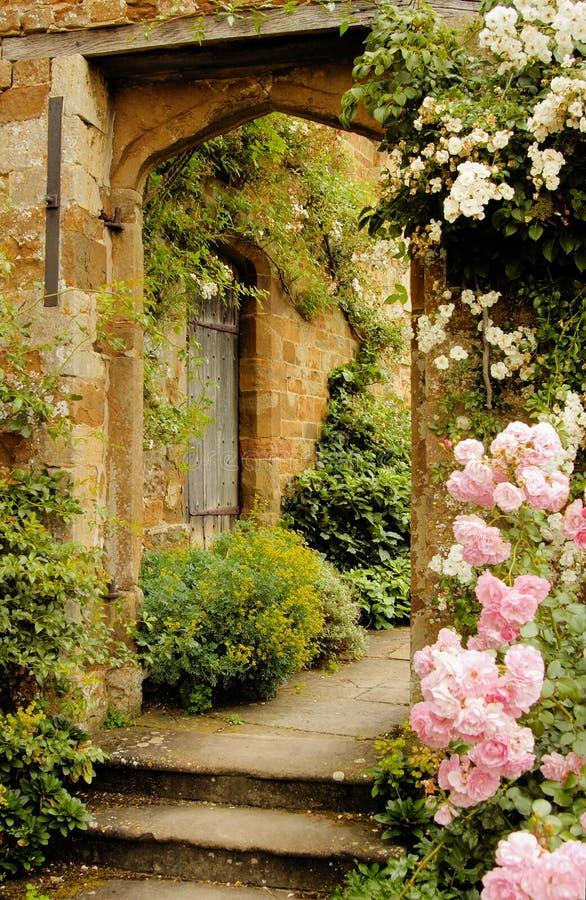 Treppen zum Garten in mittelalterliches Schloss lizenzfreie stockfotos