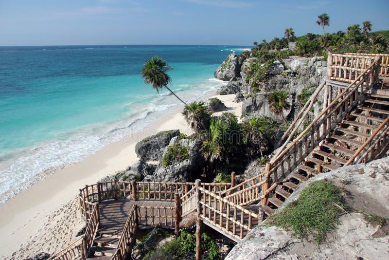 Treppen zum sandigen Strand lizenzfreie stockfotos