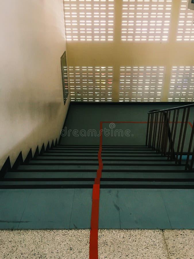 Treppenhaus das die rote Linie, zum in zwei Wege unterzuteilen lizenzfreies stockbild