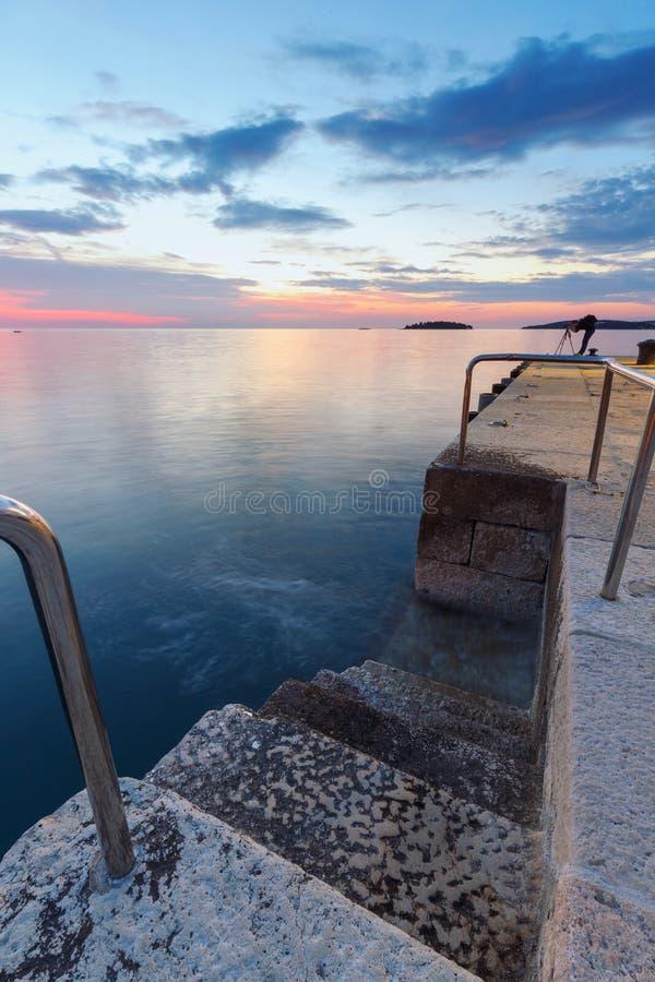Treppenhaus, das in Meerwasser führt stockbilder
