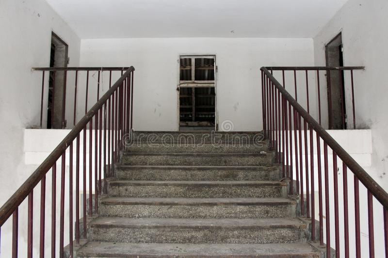 Treppenhaus, das zu Dachboden des verlassenen Gebäudes führt lizenzfreies stockbild
