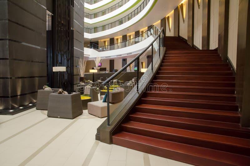 Treppenhaus in der Hotellobby stockfotos