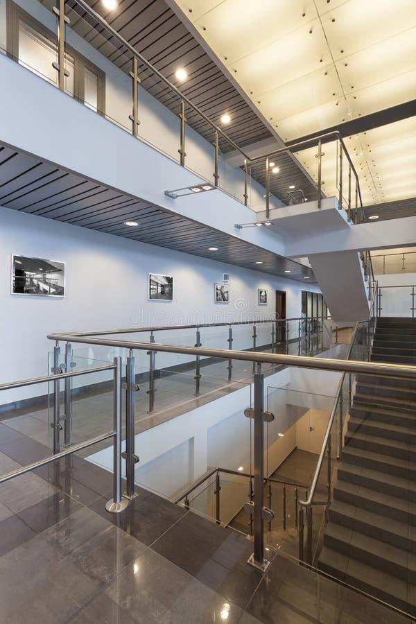 Treppenhaus in einem Büro stockbilder