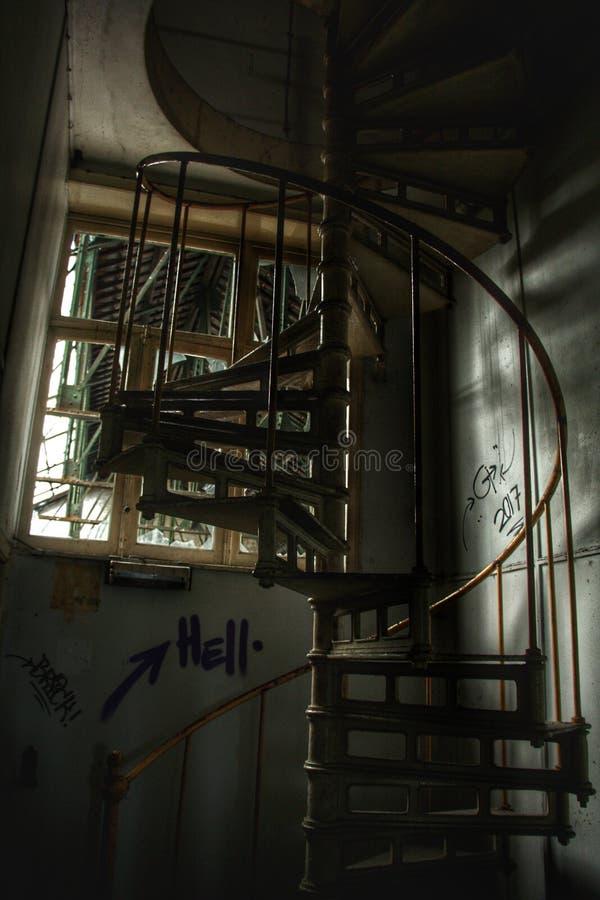 Treppenhaus in einem verlassenen Geb?ude! lizenzfreies stockbild