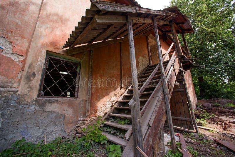Treppenhaus eines verlassenen Gebäudes lizenzfreie stockfotografie
