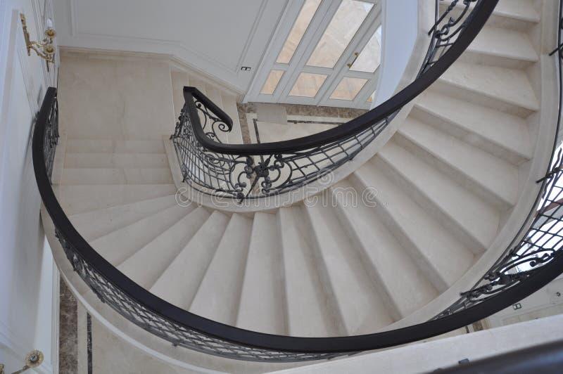 Treppenhaus gemacht vom Marmor unter dem Spiralwinkel stockfotos