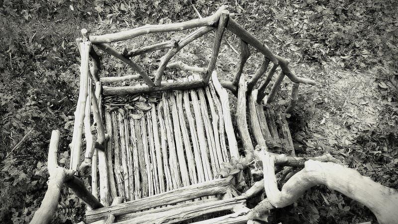 Treppenhaus im Geist-Bungalow gefunden im Dschungel lizenzfreies stockfoto