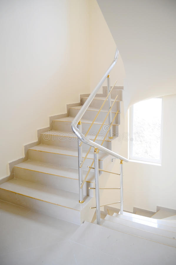 Treppenhaus im modernen Gebäude stockfotos