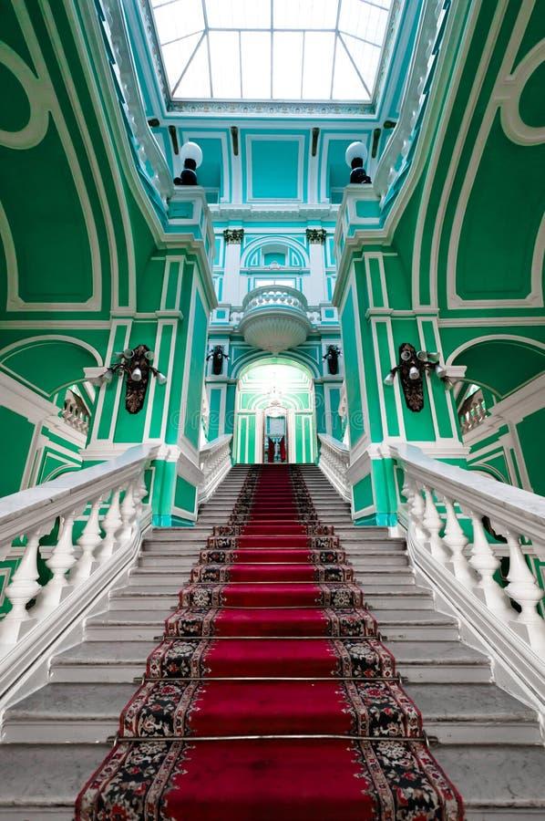 Treppenhaus im russischen Palast lizenzfreies stockbild