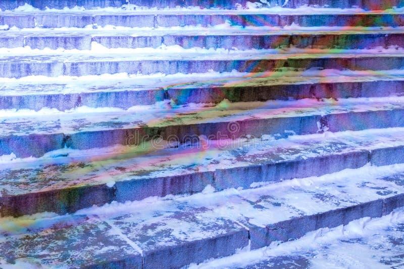 Treppenhaus im Wintergarten bedeckt mit Schnee Glättung von Zeit mit Laternen lizenzfreie stockfotos