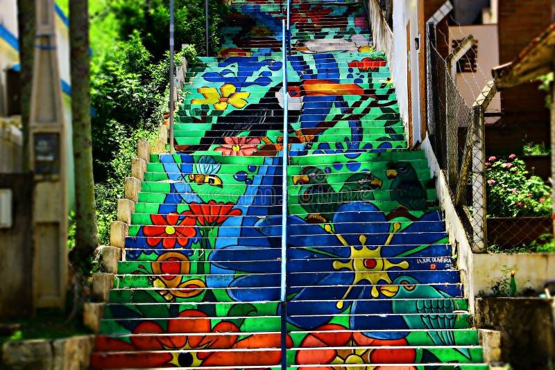 Treppenhaus mit bunten Zeichnungen stockfoto