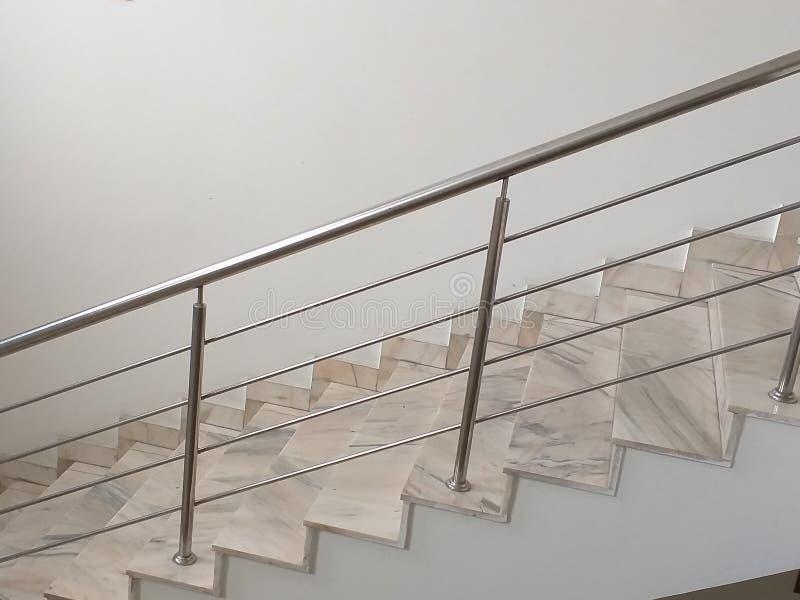 Treppenhaus mit Edelstahlgeländern lizenzfreie stockfotografie