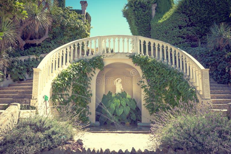 Treppenhaus mit einem Brunnen lizenzfreie stockfotos