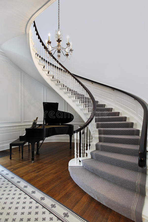 Treppenhaus mit Klavier stockfotografie
