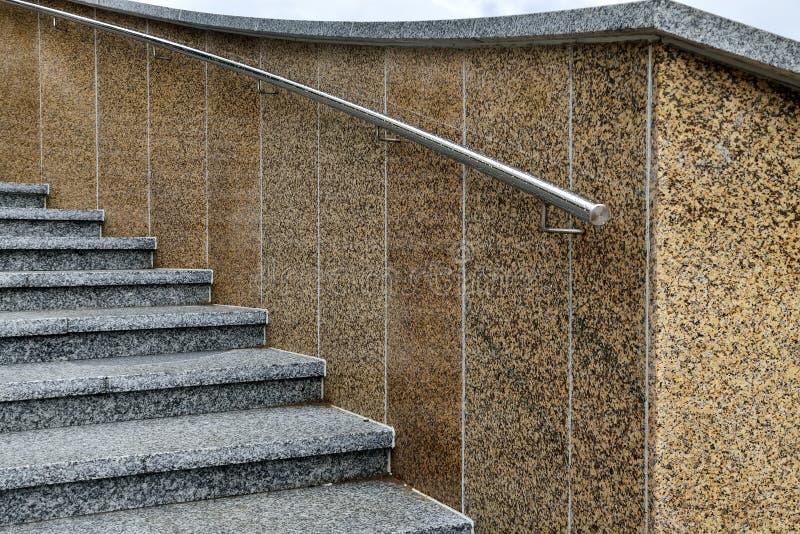 Treppenhaus mit Marmorschritten und Stahlgeländern lizenzfreie stockfotos