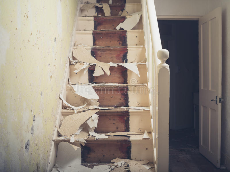 Treppenhaus mit Stücken der Tapete lizenzfreie stockbilder