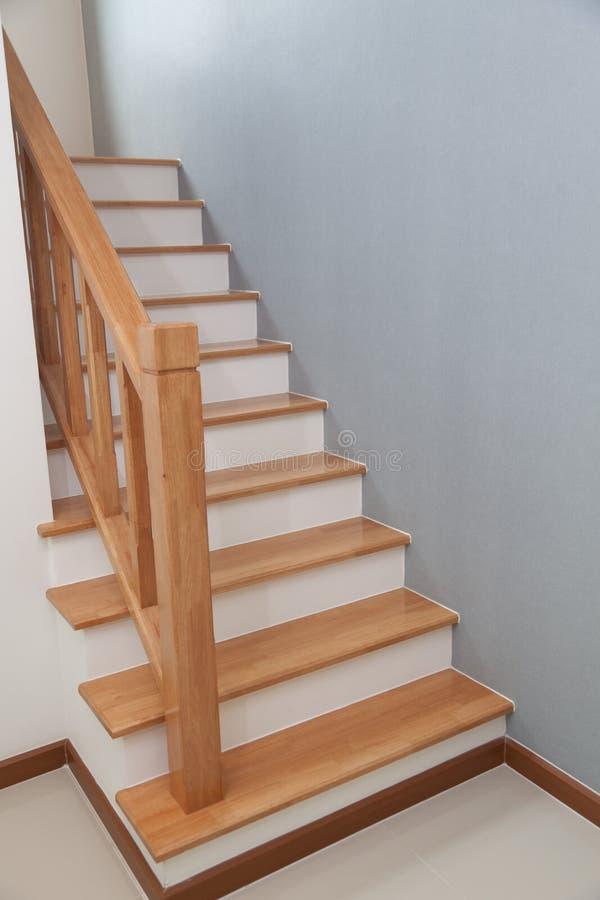 Treppenhaus mit Treppe in einem Haus lizenzfreies stockfoto