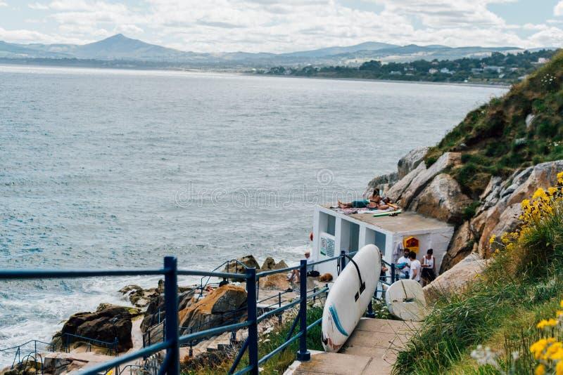 Treppenhaus in Richtung zum schwimmenden Punkt in Dalkey, Irland lizenzfreie stockbilder