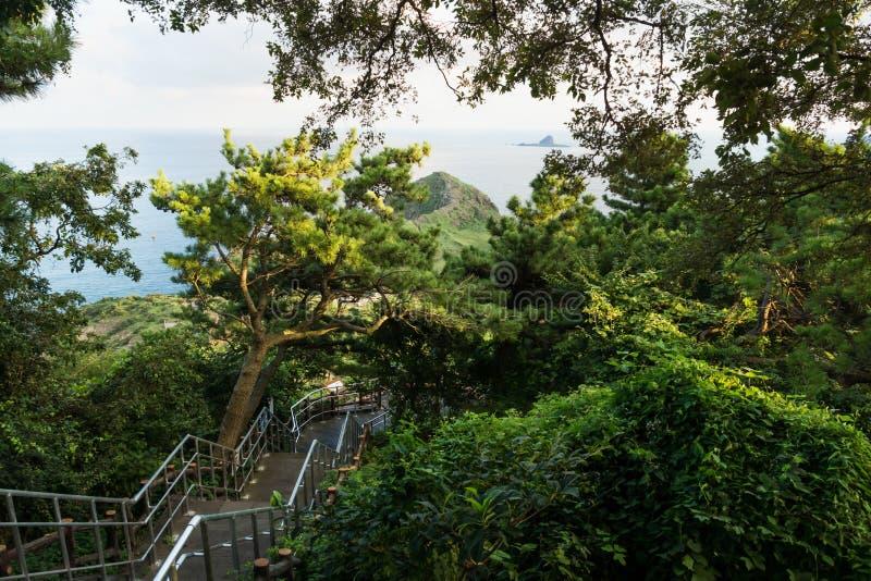 Treppenhaus an Sanbang-Berg mit Ansicht zum Drachekopf an Yongmeori-Küste, Sanbang-ro, Jeju-Insel, Südkorea stockbild