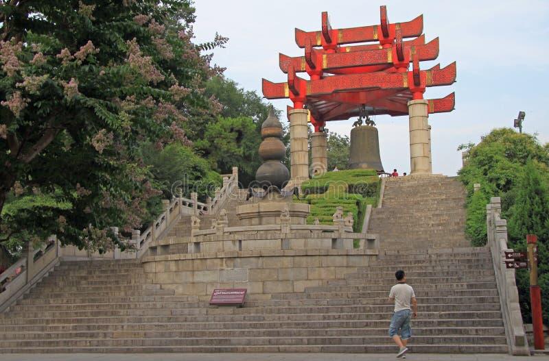 Treppenhaus und Tor mit Glocke im Park von Wuhan lizenzfreie stockbilder