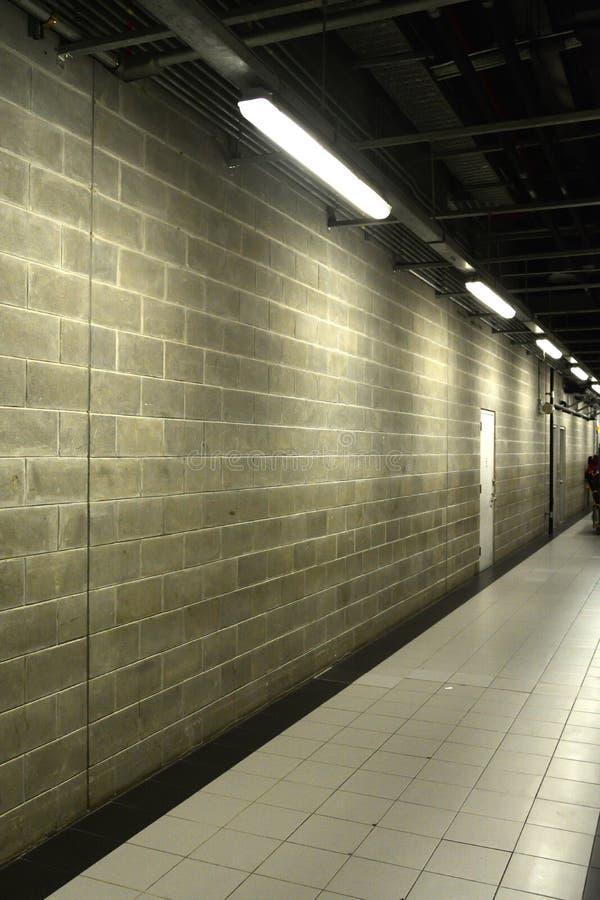 Treppenhaus unterirdisch im Beton stockfoto