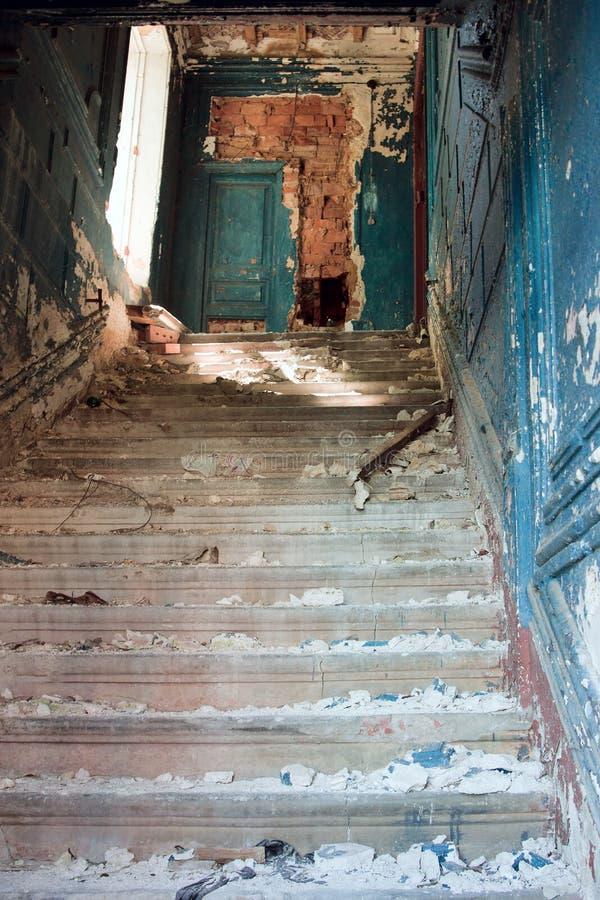 Treppenhaus in verlassenem Haus stockbild