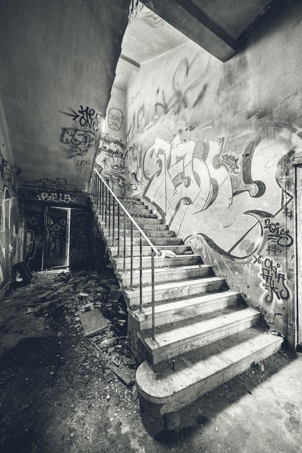 Treppenhaus in verlassener Fabrik stockfotos