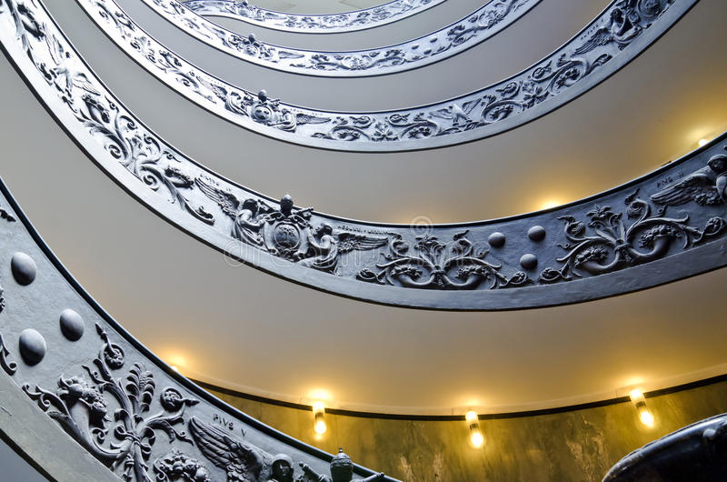 Treppenhaus verziert in Vatikan-Museen stockbild