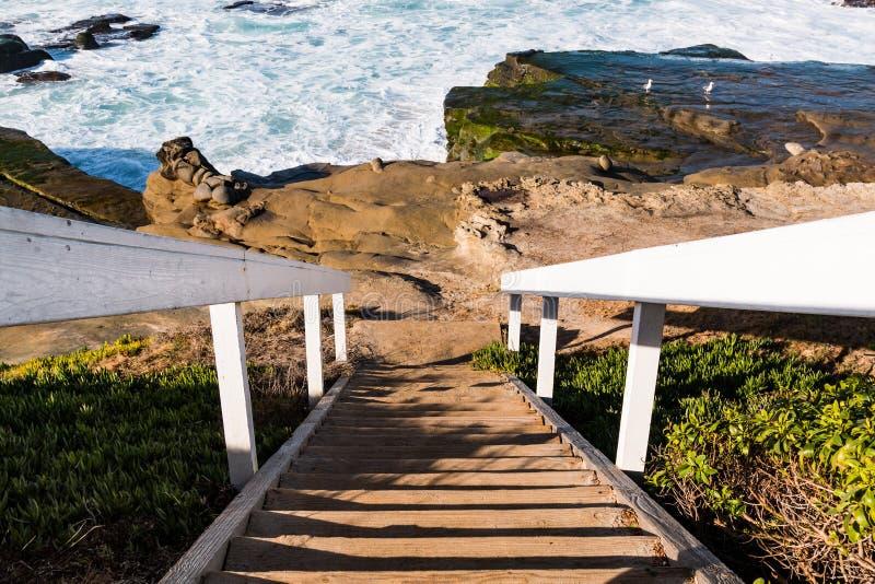 Treppenhaus zu den Felsformationen an Windansea-Strand lizenzfreies stockbild