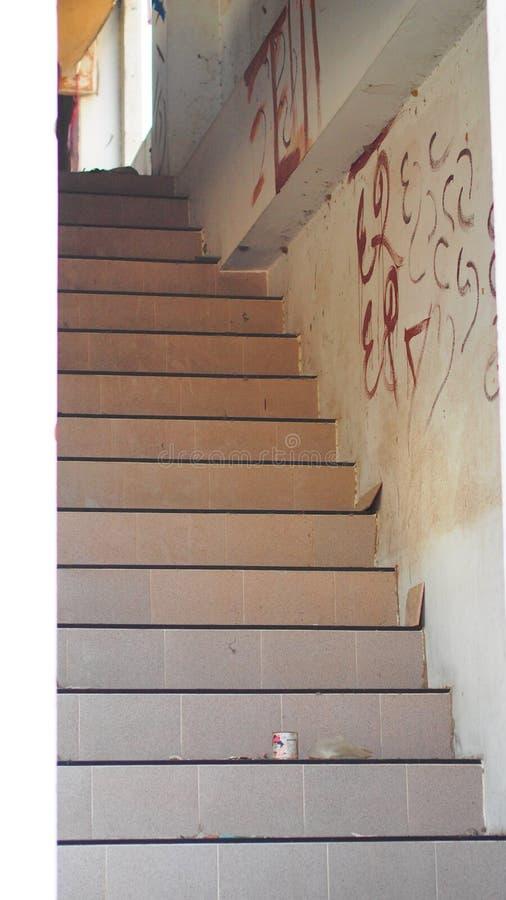 Treppenhausabstieg stockbilder