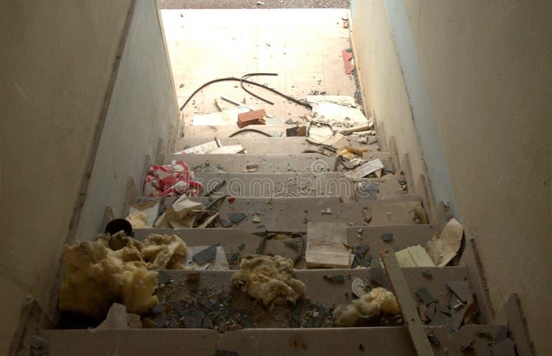 Treppenhausinnenraum des verlassenen Gebäudes lizenzfreie stockfotos