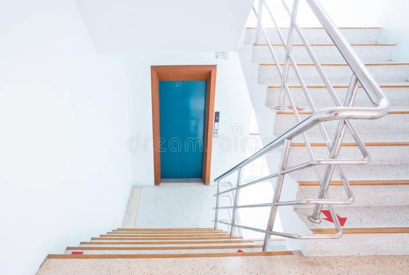 Treppenhausschacht in einem modernen Gebäude lizenzfreies stockfoto