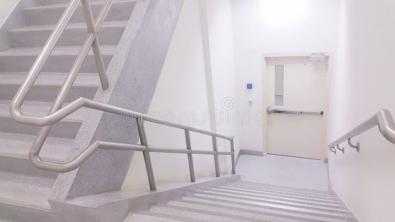 Treppenhausschacht im Offizier lizenzfreie stockfotos