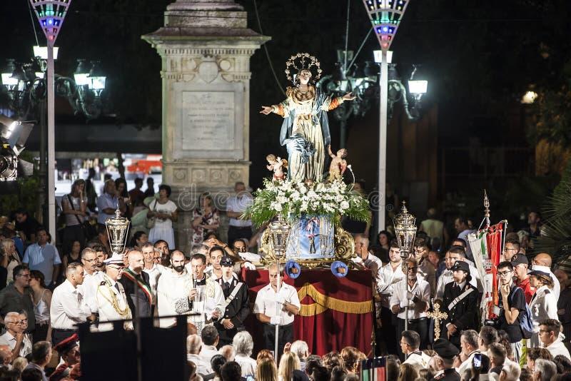 Trepuzzi, Italia, el 14 de agosto de 2018, banquete de Patronal en honor de nuestra señora de la suposición, típica de pequeñas c imagen de archivo