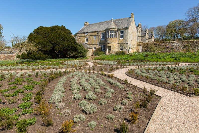 Trerice husNewquay Cornwall England UK rider ut den härliga elisabetanska mangårdsbyggnaden och trädgårdar i solig vår royaltyfri bild