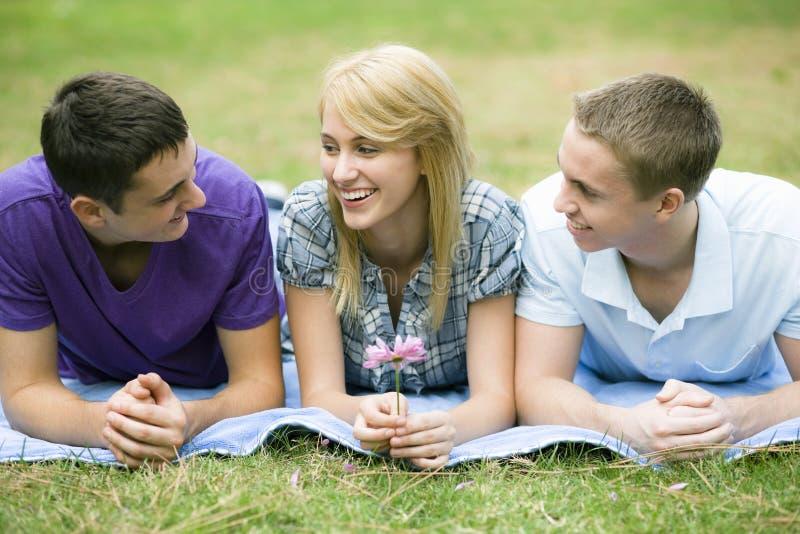 Tres adolescencias en parque imagenes de archivo