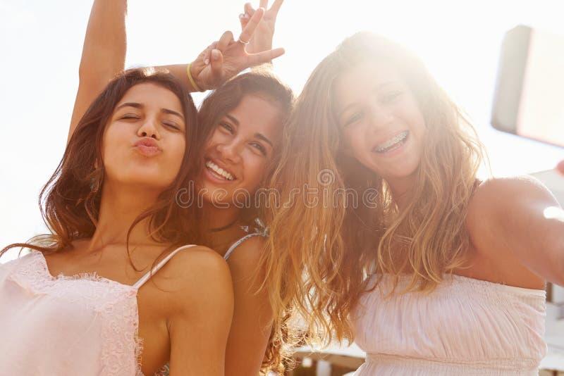 Tres adolescentes que bailan y que toman Selfie fotos de archivo libres de regalías