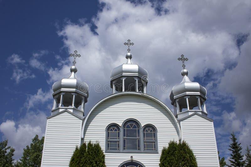 Tres agujas en una pequeña iglesia rural del blanco del país imágenes de archivo libres de regalías