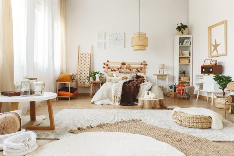 Tres alfombras en dormitorio fotografía de archivo