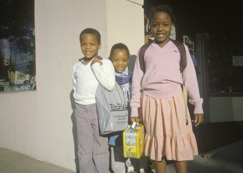 Tres alumnos elementales afroamericanos, Beverly Hills, CA fotografía de archivo