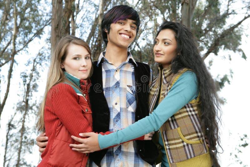 Tres amigos en bosque fotos de archivo