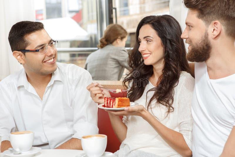 Tres amigos en café fotos de archivo libres de regalías