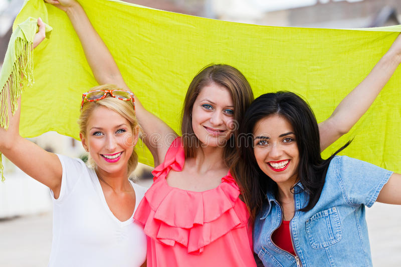 Tres amigos felices fotos de archivo libres de regalías