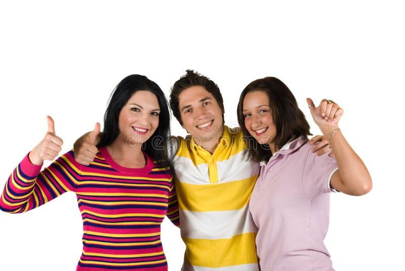 Tres amigos felices con thumbs-up
